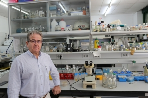 The researcher José Luis Caballero in his laboratory