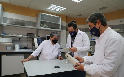 Researchers Ana Garzón, Antonio Figueroa and Javier Caballero-Villalobos measuring some parameters of the milk